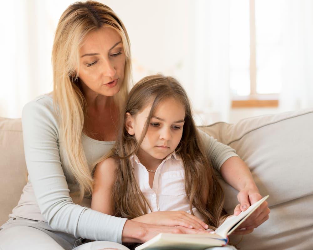 mãe e filha lendo conto em casa